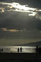 PRAIA GRANDE, SP - 14.01.2012 – MOVIMENTACAO PRAIAS – Final de tarde no praia do Boqueirao na Praia Grande, SP. Movimentacao de turistas no Bairro do Boqueirao, na  Praia Grande, litoral sul Paulista. (Foto: Renato Silvestre/NewsFree)