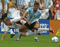 Clint Mathis, left, Sebasti‡n Bataglia, right, Argentina vs. USA, Miami, Fla.