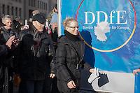 """Etwa 1.000 Menschen kamen am Sonntag den 8. Februar 2015 in Dresden zu einer Kundgebung der Pegida-Abspaltung """"Direkte Demokratie fuer Europa"""" DDfE. Angemeldet hatten die Veranstalter eine Versammlung mit 5.000 Menschen. Die Redner rechtfertigten die Abspaltung von Pegida mit politischen Differenzen, wenngleich sie indirekt dazu aufriefen sich am kommenden Tag an der Pegida-Veranstaltung zu beteiligen. In den Reden wurde sich u.a. ueber die Fluechtlingspolitik in Deutschland und ueber eine """"mangelnde Einbeziehung des Volkes"""" in politische Entscheidungen beklagt.<br /> Im Bild: Das ehem. Pegida-Gruendungsmitglied und jetzt DDfE-Gruenderin Kathrin Oertel.<br /> 8.2.2015, Dresden<br /> Copyright: Christian-Ditsch.de<br /> [Inhaltsveraendernde Manipulation des Fotos nur nach ausdruecklicher Genehmigung des Fotografen. Vereinbarungen ueber Abtretung von Persoenlichkeitsrechten/Model Release der abgebildeten Person/Personen liegen nicht vor. NO MODEL RELEASE! Nur fuer Redaktionelle Zwecke. Don't publish without copyright Christian-Ditsch.de, Veroeffentlichung nur mit Fotografennennung, sowie gegen Honorar, MwSt. und Beleg. Konto: I N G - D i B a, IBAN DE58500105175400192269, BIC INGDDEFFXXX, Kontakt: post@christian-ditsch.de<br /> Bei der Bearbeitung der Dateiinformationen darf die Urheberkennzeichnung in den EXIF- und  IPTC-Daten nicht entfernt werden, diese sind in digitalen Medien nach §95c UrhG rechtlich geschuetzt. Der Urhebervermerk wird gemaess §13 UrhG verlangt.]"""