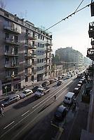 Milano, quartiere Bovisa, periferia nord. Ombre lunghe alla mattina presto in Via degli Imbriani --- Milan, Bovisa district, north periphery. Long shadows in the early morning on degli Imbriani street