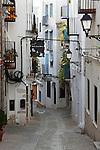 Spain, Province Castellón, Costa Dorada, Peniscola: Narrow street in the old town | Spanien, Provinz Castellón, Costa Daurada, Peniscola: enge Gasse in der Altstadt