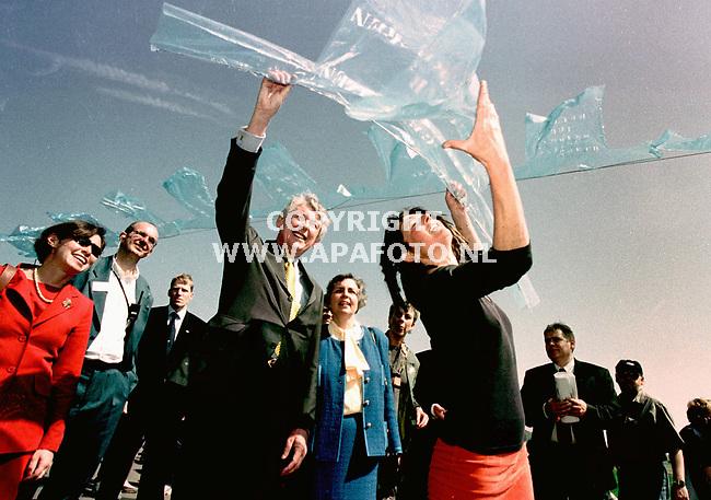 wageningen , 0050500  foto : koos groenewold /apa<br />premier Kok krijgt op de grebbedijk in wageningen een plastic jasje aangeboden van kunstenares Ruth van Swaay . Het kunstwerk op de dijk bestaat uit 1950 platic jasjes die het thema ` vrijheid geef je door ` verbeelden.<br /><br />NIEUW SCAN