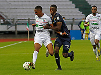 MANIZALES-COLOMBIA, 06–03-2021: Faiber Burbano de Once Caldas y Andres Colorado de Deportivo Cali disputan el balon durante partido de la fecha 11 entre Once Caldas y Deportivo Cali por la Liga BetPlay DIMAYOR I 2021, jugado en el estadio Palogrande de la ciudad de Manizales. / Faiber Burbano of Once Caldas and Andres Colorado of Deportivo Cali vies for the ball during match of 11th date between Once Caldas and Deportivo Cali, for the BetPlay DIMAYOR I 2021 League played at the Palogrande Stadium in Manizales city. / Photo: VizzorImage / JJ Bonilla / Cont.