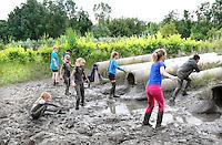 Nederland Almere 2016 .  Internationale Modderdag. Kinderen vermaken zich met modder en water bij outdoorpark SEC Survivals tijdens de Internationale Modderdag. Foto Berlinda van Dam / Hollandse Hoogte