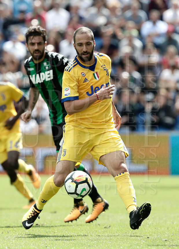 Calcio, Serie A: Reggio Emilia, Mapei stadium, 17 settembre 2017.<br /> Juventus' Gonzalo Higuain in action during the Italian Serie A football match between Sassuolo and Juventus at Reggio Emilia's Mapei stadium, September 17, 2017.<br /> UPDATE IMAGES PRESS/Isabella Bonotto