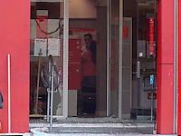 RIO DE JANEIRO, RJ, 10.12.2014 - ASSALTO A BANCO -  Assaltantes formente armados invadiram agencia bancaria Rocha Miranda na regiao norte do Rio  Janeiro, nesta quarta-feira, 10. Uma funcionaria do banco ficou gravemente ferida e foi encaminha ao Hospital Carlos Chagas em Marechal Hermes também na região norte, não há informações da quantia de dinheiro. (Foto: Jorge Hely / Brazil Photo Press).
