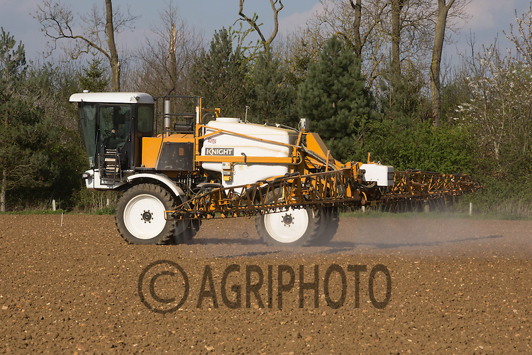 Spraying weedkiller to to pre emergence sugar beet <br /> Picture Tim Scrivener 07850 303986
