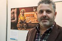 """Preisverleihung """"UNICEF-Fotos des Jahres 2018"""".<br /> First Lady Elke Buedenbender, Schirmherrin von UNICEF Deutschland, zeichnete am Donnerstag den 20 Dezember 2018 in Berlin den Spanischen Fotografen Antonio Aragon Renuncio (im Bild) als Gewinner des """"UNICEF-Fotos des Jahres"""" 2018 aus. <br /> Das Siegerfoto von Antonio Aragon Renuncio zeigt das Portrait eines kleinen Jungen mit Beinprotesen im """"Saint Louis Orione-Zentrum"""" in Bombouaka, Togo. Das Zentrum ist Zuflucht fuer koerperlich oder geistig behinderte Kinder, welche von ihren Familien verstossen wurden.<br /> 20.12.2018, Berlin<br /> Copyright: Christian-Ditsch.de<br /> [Inhaltsveraendernde Manipulation des Fotos nur nach ausdruecklicher Genehmigung des Fotografen. Vereinbarungen ueber Abtretung von Persoenlichkeitsrechten/Model Release der abgebildeten Person/Personen liegen nicht vor. NO MODEL RELEASE! Nur fuer Redaktionelle Zwecke. Don't publish without copyright Christian-Ditsch.de, Veroeffentlichung nur mit Fotografennennung, sowie gegen Honorar, MwSt. und Beleg. Konto: I N G - D i B a, IBAN DE58500105175400192269, BIC INGDDEFFXXX, Kontakt: post@christian-ditsch.de<br /> Bei der Bearbeitung der Dateiinformationen darf die Urheberkennzeichnung in den EXIF- und  IPTC-Daten nicht entfernt werden, diese sind in digitalen Medien nach §95c UrhG rechtlich geschuetzt. Der Urhebervermerk wird gemaess §13 UrhG verlangt.]"""