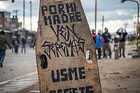 """BOGOTA - COLOMBIA, 20-07-2021: Un escudo artesanal con una leyenda que dice """" Por mi madre"""" es vistoen el sector de Usme hoy, 20 de julio de 2021, en Bogotá durante la conmemoración del día de independencia de Colombia en el cual siguen las protestas del paro nacional que nuevamente convocó movilizaciones para protestar por el gobierno del presidente Duque. / A handmade shield with a legend that says """"For my mother"""" is seen in the Usme sector today, July 20, 2021, in Bogotá during the commemoration of Colombia's independence day in which the protests of the national strike that again called mobilizations to protest the government of President Duque. Photo: VizzorImage / Diego Cuevas / Cont"""