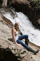 Mädchen, Kind am Bach, Gebirgsbach, Gebirgs-Bach, Wasserfall, naturnaher Bach, Waldbach, Wasser, Bach, Alpen, Kärnten, Österreich