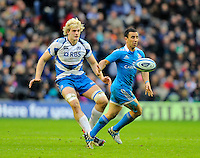 Tobias Botes of Italy plays a switch pass as Richie Gray of Scotland looks on - RBS 6 Nations - Scotland vs Italy -  Murrayfield Stadium - Edinburgh - 09/02/13 - Picture Simon Bellis/Sportimage .Edinburgo 9/2/2013 .Rugby 6Trofeo 6 Nazioni.Scozia Italia.Foto Insidefoto ITALY ONLY