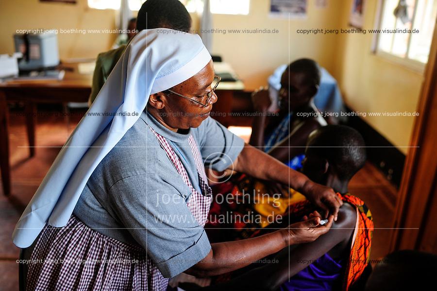 TANZANIA, Korogwe, village Kwalukonge, KWALUKONGE HEALTH CENTRE, vaccination for pregnant Massai women / TANSANIA, Korogwe, KWALUKONGE HEALTH CENTRE, Krankenhaus der Rosminian Fathers und Usambara Sisters in Kwalukonge, Schwangerschaftsberatung fuer Massai Frauen, Betreuung und Schutzimpfung, Schwester Sr. JEREMIA