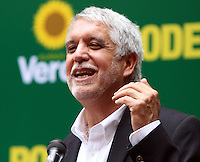 BOGOTA -COLOMBIA. 26-03-2014. El candidato a la presidencia por la Alianza Verde Enrique Peñalosa inscribio su candidatura para la presidencia de la Republica de Colombia para el periodo  2014-2018 ante el registrador nacional Carlos Ariel Sanchez  y su compañera de equipo Isabel Segovia. /The presidential candidate for the Alinaza Verde  Enrique Peñalosa registered his candidacy for the presidency of the Republic of Colombia for the period 2014-2018 to the National Registrar Carlos Ariel Sanchez and teammate Isabel Segovia..  Photo: VizzorImage/ Felipe Caicedo