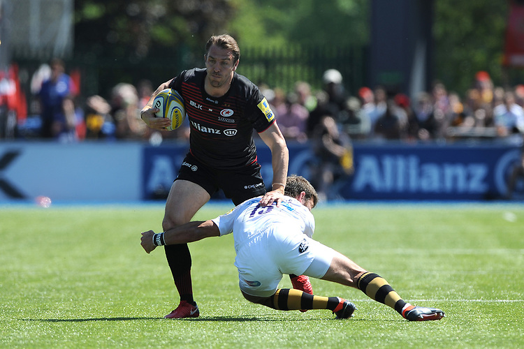 Chris Wyles of Saracens evades the tackle of Willie Le Roux of Wasps during the Aviva Premiership Rugby semi final match between Saracens and Wasps at Allianz Park on Saturday 19th May 2018 (Photo by Rob Munro/Stewart Communications)
