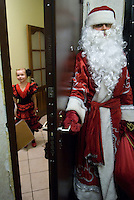 RUSSLAND, Moskau, 12.2007. ©  Sergey Kozmin/EST&OST.Weihnachten mit Vaeterchen Frost. Hausbesuch bei Kindern im Plattenbau. | Christmas with Father Frost. Visiting children in their prefab block flats.