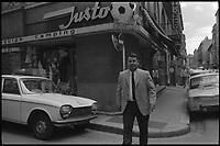 """Quartier Saint-Georges. 7 Juillet 1971. Vue de Just Fontaine devant son magasin de sports """"Justosport""""."""
