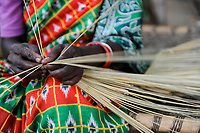 INDIA, Jharkhand, Chaibasa, Adivasi, Ho tribe, woman makes brush for income generation / INDIEN, Jharkhand , Chaibasa , Dorf Ulijari, Ho Ureinwohner, Frau fertigt Besen zur Einkommenserzielung