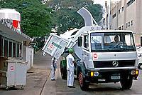 Coleta de lixo hospitalar em São Paulo. 1998. Foto de Juca Martins.