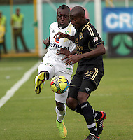 BOGOTA -COLOMBIA, 13 -SEPTIEMBRE-2014. Francisco Cordoba ( I) de La Equidad  F.C. disputa el balón con Fredy Arizala ( D ) de Fortaleza F.C.  durante partido de la  novena  fecha  de La Liga Postobón 2014-2. Estadio Metroplitano de Techo . / Francisco Cordoba  (L) of Equidad FC    fights for the ball with  Fredy Arizala of Fortaleza FC  during match of the 9th date of Postobon  League 2014-2. Metroplitano de Techo Stadium. Photo: VizzorImage / Felipe Caicedo / Staff