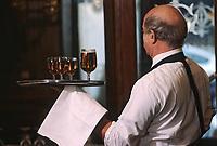 """Europe/France/Ile-de-France/75002/Paris: """"Belle époque"""" - Restaurant bar """"Gallopin"""" 40 rue Notre-Dame des Victoires - Serveur"""