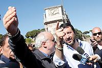 Matteo Salvini<br /> Roma 20-04-2016 Matteo Salvini incontra gli urtisti al Colosseo. Gli urtisti, o venditori ambulanti di articoli per turisti, protestano perche' è stato loro concesso uno spazio minimo.<br /> Rome 20th April 2016. Matteo Salvini meets the hawkers at Coliseum.<br /> Photo Samantha Zucchi Insidefoto