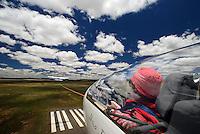 Cockpit: AFRIKA, SUEDAFRIKA, 17.12.2007: Suedafrika,  Gariep, Flugzeugschlepp, Seil, ziehen, Schleppen, Flugplatz, Gariepdam, Flugzeug, Segelflugzeug, fliegen, Karoo, Wueste, Cockpit, Mann, Aussenansicht, Haube, Duo Diskus, Doppelsitzer,  Instrumente, Luftbild, Luftansicht, Aufwind-Luftbilder