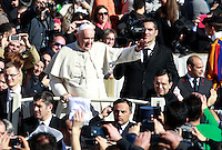 Papa Francesco presiede l'incontro con i fidanzati in occasione della ricorrenza di San Valentino in Piazza San Pietro, Citta' del Vaticano, 14 febbraio 2014.<br /> Pope Francis attends a meeting with engaged couples in occasion of the St. Valentine's Day in St. Peter's square at the Vatican, 14 February 2014.<br /> UPDATE IMAGES PRESS/Isabella Bonotto<br /> <br /> STRICTLY ONLY FOR EDITORIAL USE