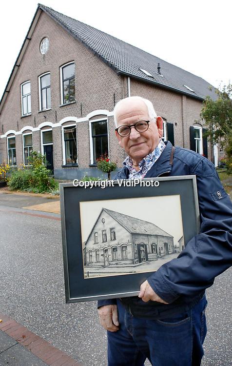 Foto: VidiPhoto<br /> <br /> VALBURG – De 83-jarige Frans Mientjes weet alles van het dorp Valburg. Duizenden historische foto's van het Betuwse dorp heeft hij in zijn bezit. Op de foto staat hij voor de voormalige Roode Leeuw, het dorpscafé waar hij geboren is, met een schilderij van het pand.