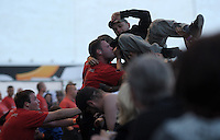 Das Festival With Full Force geht in die 18. Runde. 60 Bands aus der Hardcore-, Punk- und Metallszene haben sich auf dem haertesten Acker Deutschlands nahe Roitzschjora versammelt. Dazu gesellen sich nach Angaben der Veranstalter Sven Borges, Mike Schorler und Roland Ritter fast 30000 Besucher aus aller Welt. Drei Tage lassen die Bands ihre stromgestaehlten Gitarren gluehen und pusten per Mega-Boxenwand das Gras von der Landebahn des Sportflugplatzes. im Bild: Haben beim WFF viel zu tun: Die kraeftigen Securitymaenner muessen Crowdsurfer wie reife Trauben pfluecken.   Foto: Alexander Bley