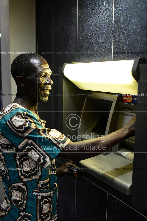 MALAWI, Thyolo, farmer at ATM in town / Dorf Samuti, Farmer John Chimwaye, 56 Jahre, am Bankautomaten in Thyolo