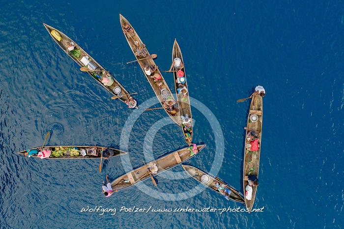 Luftaufnahme von Mbanika Island oder Banika Island mit Einbaum Kanus, Salomonen, Salomonensee / Aerial View of Mbanika or Banika Island with Dugout Boats, Solomon Islands, Solomonen Sea