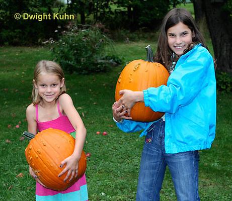 DC08-565z Children with Halloween Pumpkins, just picked, PRA