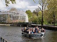 Botanischer Garten, Boote am Königstag auf Nieuwe Herengracht,  Amsterdam, Provinz Nordholland, Niederlande<br /> Botanical Garden and boats on Nieuwe Herengracht at Kings day, Amsterdam, Province North Holland, Netherlands