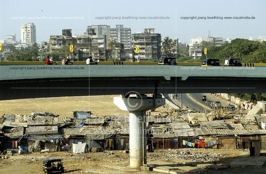 India, Mumbai Bombay, highway bridge over slum huts / INDIEN Bombay Mumbai das Wirtschaftszentrum Finanzzentrum Indiens, Autobahn Brücke über Slum in Bandra