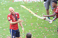 12.05.2018; Football,  2017/2018, Bundesligal, FC Bayern Muenchen - VfB Stuttgart, in Muenchner Allianz-Arena. German Meister FC Bayern Muenchen celebrates .  David Alaba ueberschuettet Arjen Robben and Weissbier *** Local Caption *** © pixathlon<br /> <br /> +++ NED + SUI out !!! +++<br /> Contact: +49-40-22 63 02 60 , info@pixathlon.de