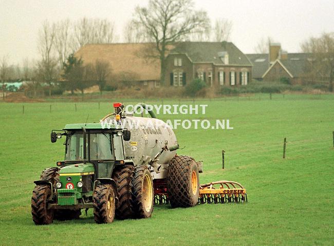 Ellecom,02-02-99   Foto:koos Groenewold (APA-Foto)<br /> Vrijblijvend<br /> Erik Tijhaar rijdt mest uit in de uiterwaarden bij Ellecom.Vanaf gisteren mogen boeren weer mest op het land uitrijden en voor velen komt dat zeer goed uit,want de mestputten zitten vol.<br /> Doordat er in de herfst  erg veel regen is gevallen was het voor de boeren niet mogelijk om in die tijd de mest uit de putten op het land te rijden.De weilanden waren te drassig.Ze begonnen dus al met een halfvolle put.Erik Tijhaar (samen met zijn schoonvader Frederiks heeft hij een bedrijf) is dus nu het toegestaan is gelijk het land op gereden.Eigenlijk vond hij de grond te drassig,maar omdat het waterpeil in de IJssel aan het stijgen is , is de kans groot dat het weiland in de uiterwaarden onderloopt zodat er de komende weken niet gewerkt kan worden.<br /> <br /> ln0   oogst    9   regen    apa