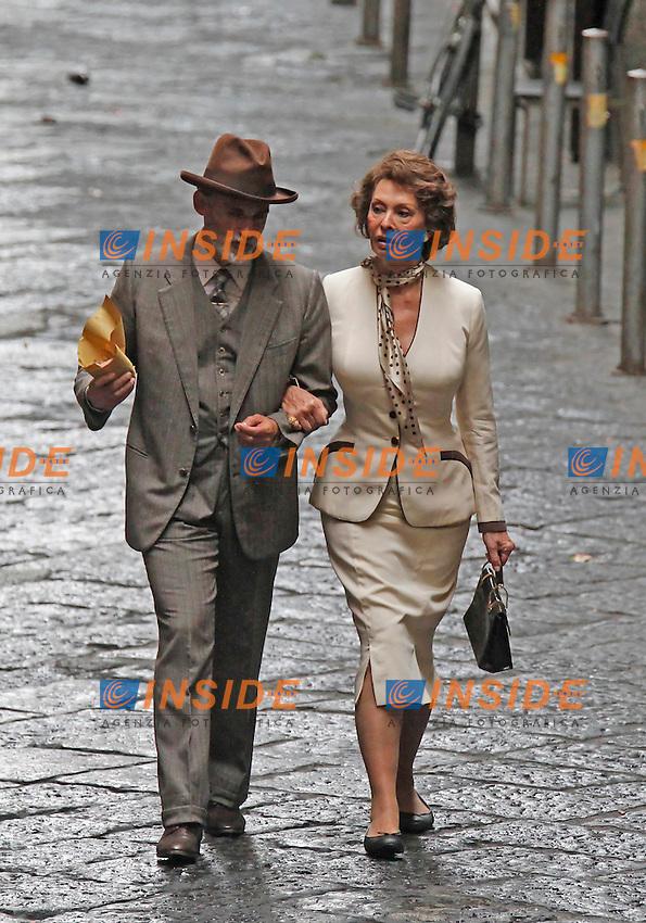 """Enrico Lo Verso, Sophia Loren <br /> NAPOLI 8/7/2013 <br /> SOFIA LOREN GIRA ALCUNE SCENE DEL FILM """" LA VOCE UMANA """" <br /> Pictures from the set of the film """"La voce umana """"<br /> Foto Ciro De Luca / Agn / Insidefoto"""
