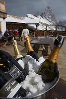 """Europe/Italie/Trentin Haut-Adige/Dolomites/Val-Gardena/Seceda:Vin  pétillant  du Haut Adige à la terrasse du  Restaurant  de piste Chalet de  montagne """"Baita Sofie Hütte"""""""