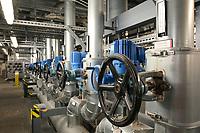 Germany, Hamburg, Vattenfall coal power station Moorburg, switched off in july 2021 as part of german coal exit / DEUTSCHLAND, Hamburg, Vattenfall Kohlekraftwerk Moorburg, in Betriebnahme 2015, letzter Betrieb vor endgültiger Abschaltung im Juli 2021, Maschinenhaus, Rohrleitungen