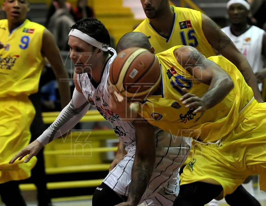 BOGOTA - COLOMBIA: 21-10-2013: Rasid Dion (Izq.) jugador de Piratas de Bogotá, disputa el balón con Maurice Carter (Der.) de  Bucaros de Bucaramanga octubre 21 de 2013. Piratas de Bogotá  y Bucaros de Bucaramanga disputaron partido de la fecha 29 de la fase I de la Liga Directv Profesional de Baloncesto 2 en partido jugado en el Coliseo El Salitre. (Foto: VizzorImage / Luis Ramirez / Staff). Rasid Dion (L) of Piratas from Bogota disputes the ball with Maurice Carter (R) from Bucaros de Bucaramanga, October 21, 2013. Piratas of Bogotá and Bucaros de Bucaramanga disputed a match for the 29 date of the Fase II of the League of Professional Directv Basketball 2 game at the Coliseo El Salitre. (Photo. VizzorImage / Luis Ramirez / Staff)