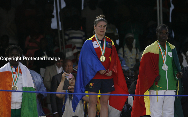 VillËs Jeux de la Francophonie Abidjan 2017 / CompÈtitions Sportives Lutte Africaine finale des Femmes, mÈdaille d'OR Madalena ( C ) du Roumanie au parc des Sport de Treichville, Minji HervÈ CÙte d'Ivoire en ceinture rouge et Mamadou du Niger en ceinture bleu / Abidjan 29 juillet 2017 # 8EME JEUX DE LA FRANCOPHONIE D'ABIDJAN 2017