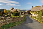 United Kingdom, England, Gloucestershire, Cotswolds, Snowshill: St Barnabas church and Cotswold stone cottages in Autumn | Grossbritannien, England, Gloucestershire, Cotswolds, Snowshill: St Barnabas Kirche und Cotswold stone cottages
