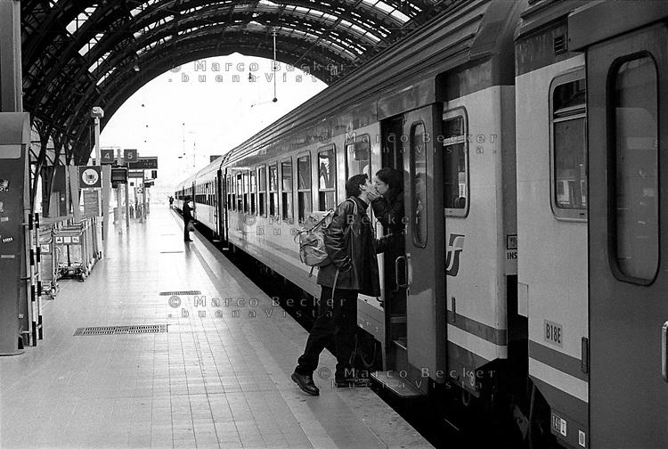 Milano, stazione centrale. Treno in partenza, un ragazzo e una ragazza si baciano --- Milan, central station. Train leaving, a boy and a girl kissing