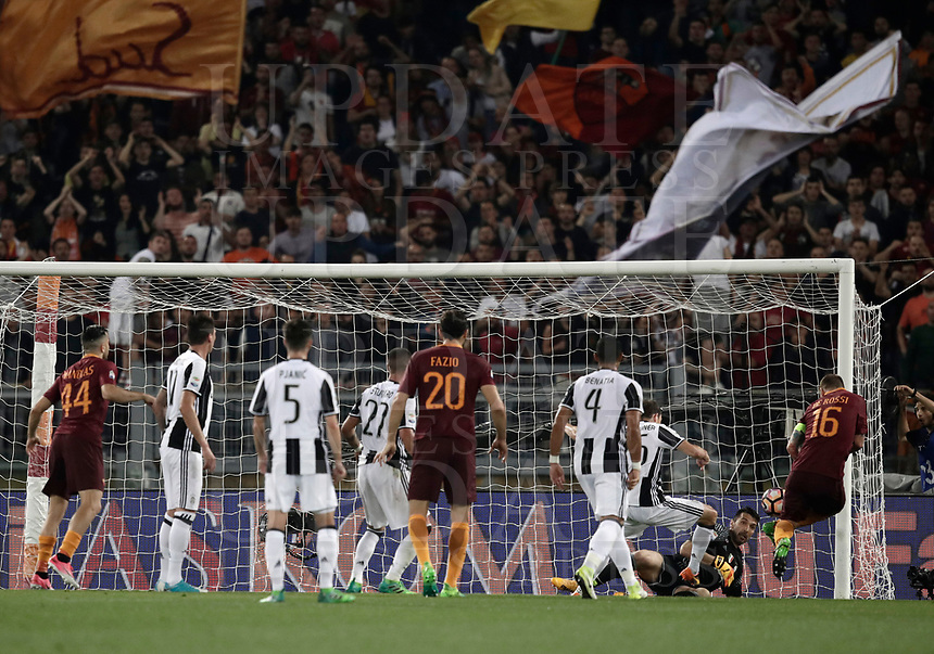 Calcio, Serie A: Roma, stadio Olimpico, 14 maggio 2017.<br /> AS Roma's Daniele De Rossi (r) scores during the Italian Serie A football match between AS Roma and Juventus at Rome's Olympic stadium, May 14, 2017.<br /> UPDATE IMAGES PRESS/Isabella Bonotto