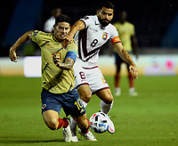 BARRANQUILLA – COLOMBIA, 09 –10-2020: James Rodriguez de Colombia (COL) y Tomas Rincon de Venezuela (VEN) disputan el balon durante partido entre los seleccionados de Colombia (COL) y Venezuela (VEN), de la fecha 1 por la clasificatoria a la Copa Mundo FIFA Catar 2022, jugado en el estadio Metropolitano Roberto Melendez en la ciudad de Barranquilla. / James Rodriguez of Colombia (COL) and Tomas Rincon of Venezuela (VEN) vie for the ball during match between the teams of Colombia (COL) and Venezuela (VEN), of the 1st date for the FIFA World Cup Qatar 2022 Qualifier,  played at Metropolitan stadium Roberto Melendez in Barranquilla city. Photo: VizzorImage / Julian Medina FCF  / Cont.