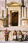 Jordanien, Gouvernement Dscharasch, Gerasa oder Jerasch: einheimische Musiker in Uniform spielen im Suedtheater, das wie ein Amphitheater angelegt ist | Jordan, Jerash Governorate, Jerash: Musicians in uniform playing in South Theater (Roman amphitheatre)
