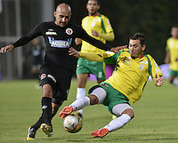BOGOTÁ -COLOMBIA, 14-01-2015. Edward Jimenez (Izq) jugador del Cúcuta Deportivo disputa el balón con Juan Galicia (Der) de Real Cartagena durante partido por la fecha 1 de los cuadrangulares de ascenso Liga Aguila 2015 jugado en el estadio Metropolitano de Techo de la ciudad de Bogotá./ Edward Jimenez (L) player of Cucuta Deportivo vies for the ball with Juan Galicia (R) player of Real Cartagena during match for the first date of the promotional quadrangular Aguila League 2015 played at Metropolitano de Techo stadium in Bogotá city. Photo: VizzorImage/ Gabriel Aponte / Staff