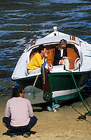 Europe/France/Aquitaine/33/Gironde/Bassin d'Arcachon/Le Cap Ferret: Pinasse au port ostréicole - Groupe de personnes [Non destiné à un usage publicitaire - Not intended for an advertising use]