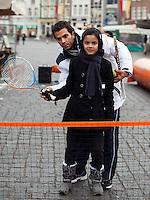 09-02-12, Netherlands,Tennis, Den Bosch, Daviscup Netherlands-Finland, Loting, Straattennis, Jean-julien Rojer doet het even voor.