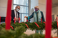 Am Mittwoch den 25. November 2020 wurde der Wichernsche Adventskranz fuer den Deutschen Bundestag vom Praesidenten der Diakonie Deutschland, Ulrich Lilie (links im Bild) an Bundestagsvizepraesidentin Claudia Roth (Gruene) (rechts im Bild) uebergeben. Gestaltet haben den Kranz in diesem Jahr die Hoffnungstaler Werkstaetten in Biesenthal bei Berlin. Der Kranz mit in diesem Jahr 26 Kerzen wird traditionell vor dem ersten Advent durch die Diakonie Deutschland an das Parlament uebergeben.<br /> 25.11.2020, Berlin<br /> Copyright: Christian-Ditsch.de